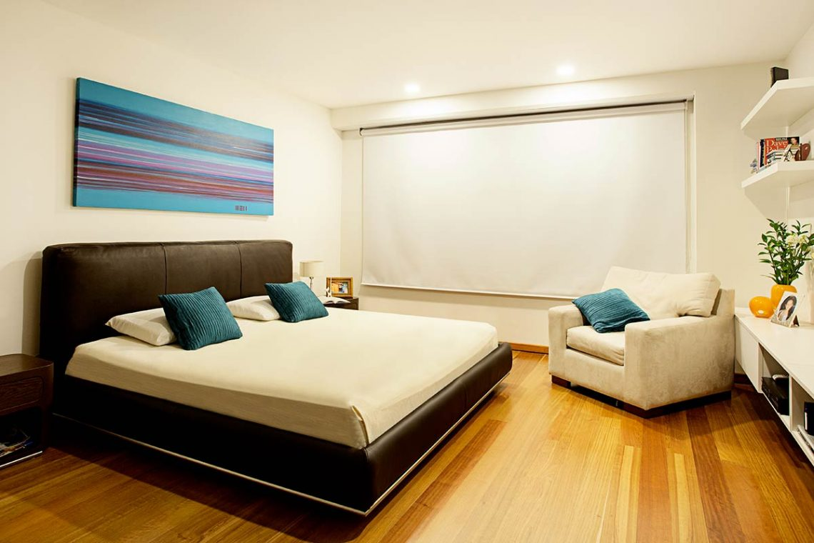 habitación con cortinas blackout